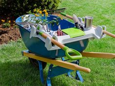Yard Tools & Garden Gadgets: Tackle Any Yard Work Tips For Growing Tomatoes, Grow Tomatoes, Best Garden Tools, Garden Tips, Growing Sunflowers, Garden Gadgets, Wheelbarrow Garden, Yard Tools, Home Vegetable Garden