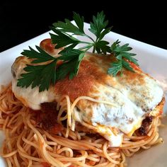 Breaded chicken is baked with spaghetti sauce and cheese in this tasty, family-friendly chicken parmigiana dish. Easy Recipes For Beginners, Cooking For Beginners, Fall Dinner Recipes, Holiday Recipes, Dinner Ideas, Easy Meals For Kids, Easy Dinners, Chicken Parmigiana, Chicken Eating