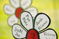 Crea un jardín de margaritas para guiar a tus invitados a sus mesas    Idea#boda@mesero