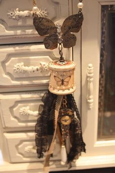 Olde Curiosity Shoppe Thread Spool Necklace - Denise Hahn - Video Tutorial    repinned. try something like this for Christmas ornaments?