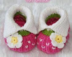 ¡Muchas gracias por visitar mi tienda! 100% hecho a mano con amor por su bebé!!!!!!  Estos botines muy agradables se hace de algodón.  Se necesita 1 - 2 semanas después del pago para completar su orden.  TAMAÑO:  tamaño: 0 - 3 meses---aprox 9 cm (3,5 pulgadas) tamaño: 3-6 meses---aprox. 10cm (4,0 pulgadas) tamaño: 6-9 meses---aprox. 11cm (4,5 pulgadas)  Todos los artículos vienen de un hogar libre de humo.  Sienta libre de entrarme en contacto con cualesquiera preguntas y pedidos.  crochet…