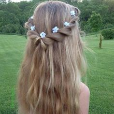 Flower Braids (Hair and Beauty Tutorials) Imagine this half up twisted hairdo with the ends curled. Perfect for a fairytale look at graduation!Imagine this half up twisted hairdo with the ends curled. Perfect for a fairytale look at graduation! Flower Girl Hairstyles, Little Girl Hairstyles, Braided Hairstyles, Wedding Hairstyles, Spring Hairstyles, Open Hair Hairstyles, Hairstyle Ideas, Children Hairstyles, Toddler Hairstyles