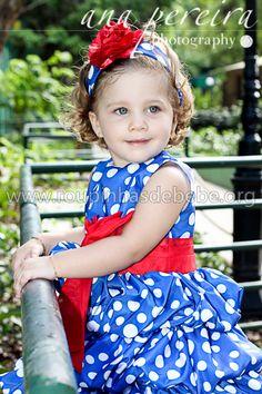 Manu desfilando com o vestido da galinha pintadinha para aniversário. Mais fotos e modelos de vestidos estão no site http://www.eroupasdebebe.com/vestido-galinha-pintadinha