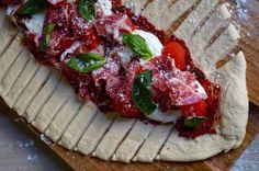 Pour 2 personnes Temps de cuisson : 20 minutes Thermostat : 210°C Ingrédients : 1 pâte à pizza 2 càs de concentré de tomate 6 tomates cerise 3 morceaux de tomates séchées 1 boule de mozzarella di bufala du parmesan râpé 8 tranches de coppa 10 feuilles...