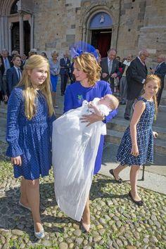 2016 De Prinsessen Amalia en Alexia bij de doop van hun neefje (NL)