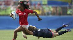 Charity Williams escapa de un tackle en un partido de rugby 7