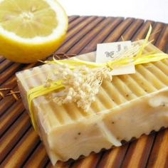 O sabonete de limão é ideal para peles sensíveis e oleosas, por isso não perca mais tempo e experimente fazer o seu próprio sabonete :) #sabonete #sabonetecaseiro