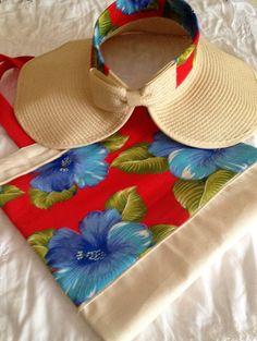 Bolsa em algodão cru com aplicação em chita + viseira também com detalhe em chita e charmosa aba natural. Viseira dobrável, menor espaço, maior conservação.