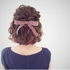蝴蝶結可以說是美個女孩都心儀的單品,無論是結合在服裝、飾品上都能打造出亮眼的視覺效果,而今回將帶大家欣賞一下將蝴蝶結髮飾融入髮型的效果...