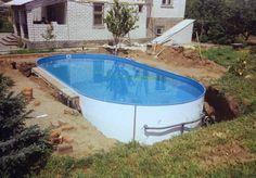 ovaler Swimmingpool mit Stahlwänden im Garten eingegraben