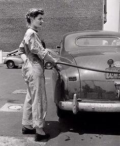 1943-lady pumping gas--l'esprit swing's