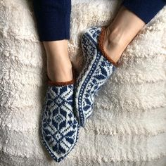 These slippers are knitted in the round and from heel to toe! Knitting Patterns Free, Free Knitting, Crochet Patterns, Sock Knitting, Fair Isle Knitting, Crochet Baby, Knit Crochet, Norwegian Knitting, Knit In The Round