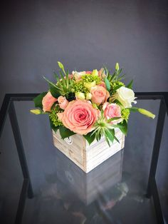 # 14 - Pink & Green Wood Box Arrangement Klein - * b l u m e n * p f l a n z e n * - Blumen & Pflanzen Spring Flower Arrangements, Floral Centerpieces, Spring Flowers, Floral Arrangements, Wood Flower Box, Flower Boxes, Rosen Box, Deco Floral, Flower Delivery