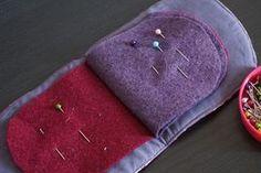 Tutoriel pour réaliser un range-aiguilles. J'organise mon coin couture avec Frou-Frou : tapis pour machine à coudre, poubelle à fils et range-aiguilles.
