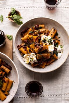 Can I pass this off as healthy if I swap in Banza pasta? Quick Pantry Pasta with Sun-Dried Tomatoes and Burrata Vegetarian Pasta Recipes, Cooking Recipes, Healthy Recipes, Fresh Pasta, Pasta Sun Dried Tomatoes, Sundried Tomato Pasta, Half Baked Harvest, How To Cook Pasta, Vegetarian Recipes