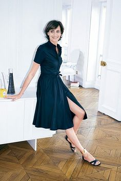 Ines de la Fressange: ink blue shirt dress (love) and sandlas with accent on thin ankle