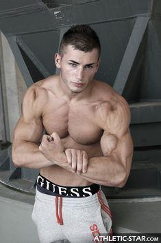 Nick Gomez joue des biceps