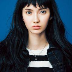 Pretty Asian Girl, Pretty Woman, Rich Girl Hair, Black Hair Pale Skin, Choppy Bangs, Hair Flip, Fall Hair, Beautiful Models, Gorgeous Hair