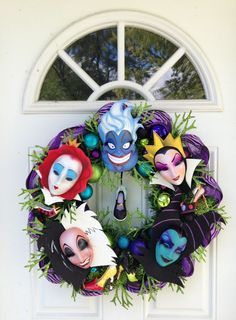 43 Creepy but Cute Disney Themed Halloween Decoration Ideas - Decoralink Casa Halloween, Holidays Halloween, Halloween Crafts, Holiday Crafts, Holiday Fun, Happy Halloween, Halloween Party, Disney Halloween Decorations, Halloween Wreaths
