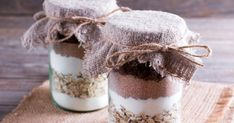 Christmas Gift Ideas 2019 : A gourmet kit to offer: 5 recipes to make in a glass jar To offer or for yourself, make gourmet kits: cookies, brownies, Cheesecake Mousse Recipe, Chocolate Mousse Cheesecake, Kit Cookies, Cookies Et Biscuits, Cake Cookies, Mason Jar Meals, Meals In A Jar, Diy Food Gifts, Jar Gifts