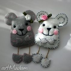 Felt Mice/ These would look so cute dancing across the front of my fridge-'course I'd need to make a lot of them. Felt Diy, Felt Crafts, Fabric Crafts, Diy Crafts, Felt Christmas Ornaments, Christmas Crafts, Felt Mouse, Felt Decorations, Felt Brooch