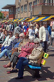 ouderen genieten op een bankje van de zon