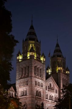 Rain clouds over the Natural History Museum tonight in #London 16°C | 61°F #BurberryWeather