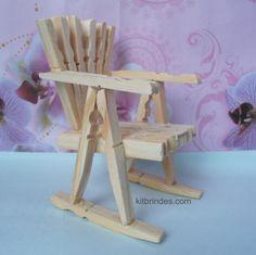 Mini-cadeira artesanal feita com pregadores. Ref_CA10500