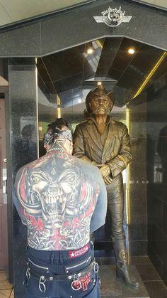 Lemmy Kilmister of Motorhead Statue. A motorhead fan is showing his respect to the legendary Lemmy Kilmister of Motorhead. Rest in Peace Lemmy, we miss you Hard Rock, Jim Morrison Movie, Heavy Metal Art, Estilo Rock, Famous Graves, Metal T Shirts, Ranger, Rockn Roll, Graffiti