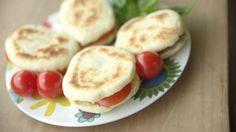 Farina, ricotta, lievito, olio.. siete pronti per un pranzo veloce, un picnic o una merenda sana? I panini più gustosi e veloci si fanno in padella!