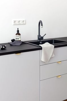 This minimally styled kitchen from Coco Lapine Design has IKEA cabinets with Superfront pulls. The black sink, black faucet, and black countertop come together beautifully. Minimal Kitchen, New Kitchen, Kitchen Ideas, Nordic Kitchen, Country Kitchen, Ikea Kitchen Inspiration, Minimalistic Kitchen, Kitchen Sale, Interior Inspiration