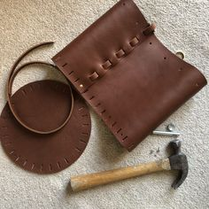 A DIY no sew leather bucket bag - Self Assembly Required Leather Bag Pattern, Sewing Leather, Stitching Leather, Sippy Cups, Leather Diy Crafts, Leather Crafting, Leather Scraps, Leather Bags, Leather Pieces