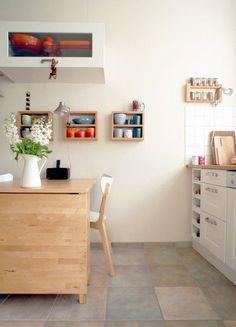 Fabelhaft flexibel – praktische Stühle, Tische und Sofas für kleine Räume | SoLebIch.de Foto: phthaloblau #solebich #küche #ideen #streichen #wandgestaltung #skandinavisch #ordnung #offene #einrichtung #gestalten #arbeitsplatte #dekoration #renovieren #insel #kitchen #interior #interiorideas #klapptisch #kleines #zimmer #kleiner #raum #kleine