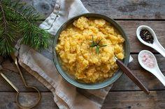 Kålrabistappe er perfekt tilbehør til ribbe, pinnekjøtt og torsk. Men den kan brukes mye annet også! Her er oppskrift og tips til nydelig kålrabistappe. Norwegian Food, Xmas Food, Pavlova, Pesto, Risotto, Dishes, Ethnic Recipes, Board, Christmas