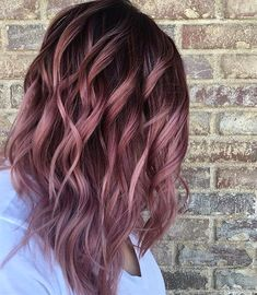 Want to upgrade your hair color? Then you need to try a balayage. Here, 20 gorgeous balayage hair looks that will inspire your next salon visit. Rosa Highlights, Brown Hair With Highlights, Color Highlights, Brunette Highlights, Balayage Highlights, Summer Highlights, Peekaboo Highlights, Onbre Hair, Hair Updo