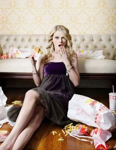 Taylor Swift♥ eats in-n-out burger i love it!!!
