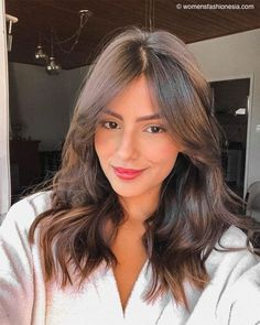 Fashion celebrities always lead the trend. If you want to find the best hair and makeup, just look at their social accounts. Haircuts For Medium Hair, Bangs With Medium Hair, Medium Hair Styles, Short Hair Styles, Haircut Medium, Layered Haircuts, Brown Hair Balayage, Brown Blonde Hair, Hair Highlights
