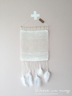 Combining weaving and dreamcatcher Woven Wall Hanging, Red S, Suncatchers, Dream Catcher, Macrame, Feather, Weaving, Tapestry, Diy Crafts