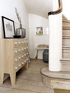 Aparador con múltiples cajones, de madera, para el recibidor