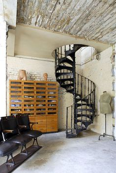 don't think it would fit but a spiral staircase for the back room would be amazing with a loft. Loft Interior, Interior Staircase, Staircase Design, Decor Interior Design, Interior Architecture, Interior And Exterior, Modern Staircase, Lofts, Casa Retro