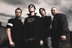 4LYN – это Ron «Braz» (вокал), Rene «Russo» (гитара), Bjorn «Deee» (бас) и Sascha «Chino» (ударные). «Штурмовики» альтернативных чартов из Гамбурга познакомились случайно. В конце 2000 года, четыре парня дали своё первое выступление. Дальше все шло по принципу «снежного кома». С каждым днём ряды фанатов группы росли в геометрической прогрессии. Спустя некоторое время команда уже давала концерты в Германии совместно с популярной на то время группой США Papa Roach.