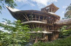 Designer Elora Hardy constrói incríveis edifícios de bambu em Bali, na Indonésia. Esta é Sharma Springs, uma mansão por ela construída.  Fotografia: Reprodução / ibuku.com