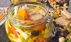 Enrique Fleischmann nos muestra cómo preparar una conserva de verduras en escabeche. Veggie Recipes, Mexican Food Recipes, Vegetarian Recipes, Cooking Recipes, Healthy Recipes, Chutney, Escabeche Recipe, Salvadoran Food, Healthy Food Alternatives