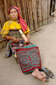 ...Kuna woman with her mola squares to sell.....vwr