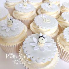 Bee and daisy cupcakes Daisy Cupcakes, Mini Cupcakes, Wedding Cake Designs, Wedding Cakes, Luxury Cake, Sugar Cake, Dream Cake, Home Wedding, Celebration Cakes