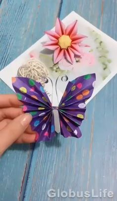 Origami Butterfly Easy, Instruções Origami, Butterfly Crafts, Flower Crafts, Butterfly Video, How To Make Butterfly, Simple Origami, Origami Flowers, Paper Flowers Craft