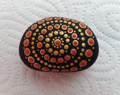 Mandala pintado arte piedra por DotStoneDot en Etsy