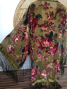 Chaqueta kimono verde precioso cubre a sí mismo en una hermosa chaqueta asfixiada en florales y enredaderas en rojos, rosas bowns y dorados tela voile burnout y terciopelo mezcla suave cuelga alrededor dobladillo, mangas y pecho  mediciones de parte superior del hombro a dobladillar 40 y 7 de fringe axila a axila cuando colocan acostadas 21 longitud de la manga 18 ancho de manga 12 Circunferencia de busto 43 43 circunferencia de la cintura  se ve muy bien sobre los pantalones vaqueros sobre…