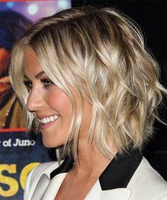 coupe carré plongeant, belle coiffure sur cheveux blonds