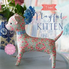 Explanations in two colorways, Red / Teal and Blue/Ginger. Finished Size: x x after binding. Fabric Doll Pattern, Cat Pattern, Free Pattern, Fabric Animals, Fabric Birds, Vogel Quilt, Doll Patterns Free, Pretty Toys Patterns, Tilda Toy